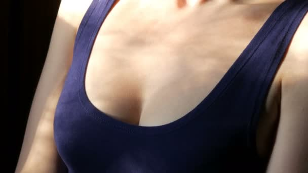 der Hals und die Brust der schönen sexy blonden Mädchen mit langen Haaren flirtet