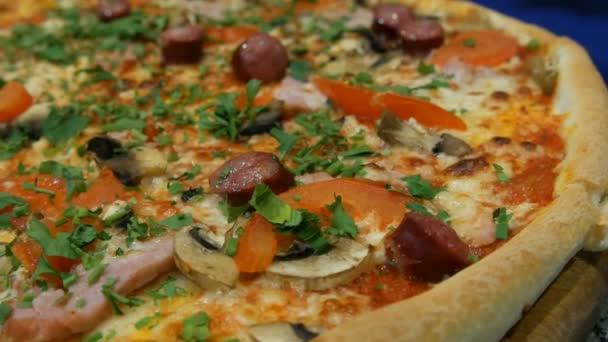 leckere frische Pizza mit bayerischen Würstchen, Champignons, Speck, Tomaten, Gemüse. Ansicht schließen