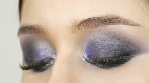 junge schöne sexy Mädchen Models machen blauen Abend Make-up rauchige Augen und mit falschen Wimpern. Augen mit mehrfarbigen Kontaktlinsen