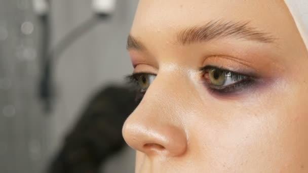 Nő smink művész stylist teszi smink divatos rózsaszín füstös szeme speciális smink kefe fiatal modell