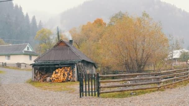 Ukrajna, Kárpátok legmagasabb hegyi faluja, Dzembronya. Az első hó októberben. A faházat tűzifával fűtik. A füst kéményből jön.
