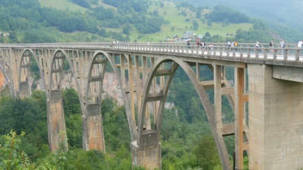 Slavný most Djurdjevič v Černé Hoře, po kterém jezdí automobily a turisté