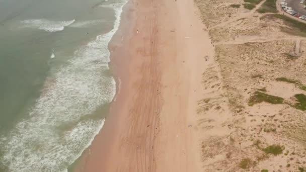 A légi felvétel a hullámok törés sziklák, érdekes textúrák és színek