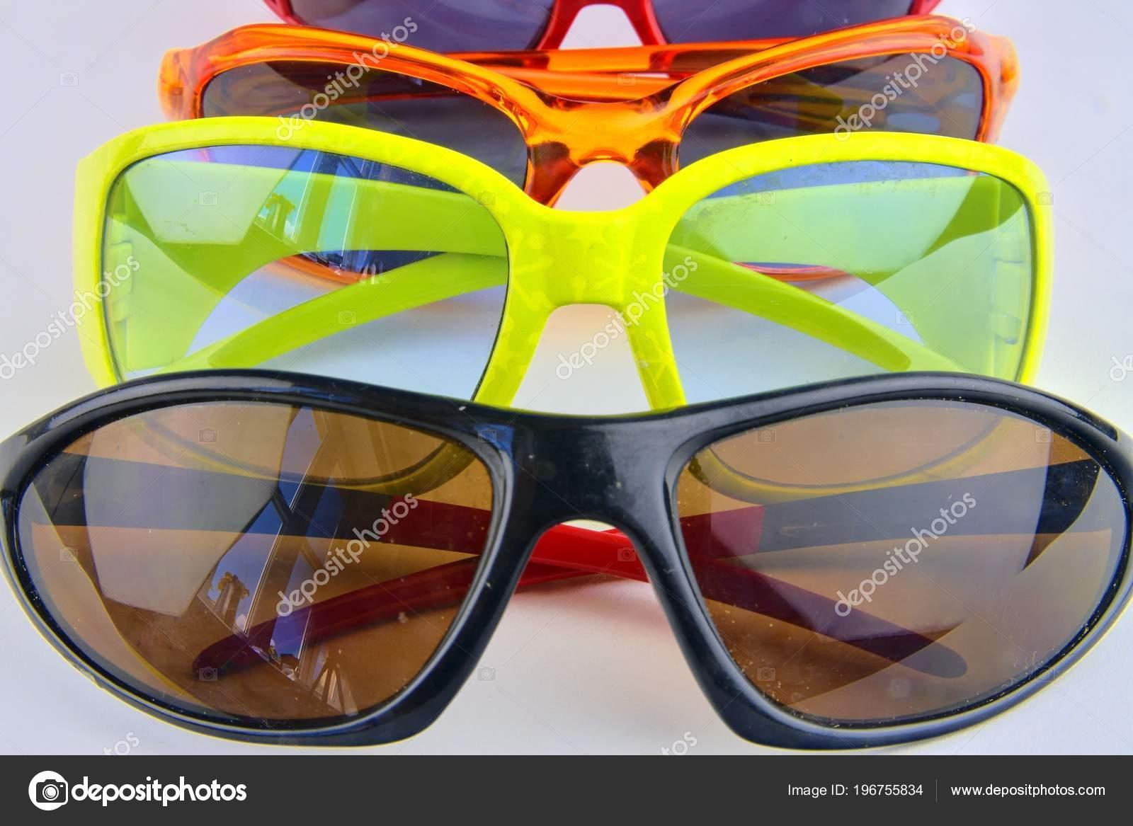 20a93ee94af3a Óculos de sol à moda para mulheres e crianças. Coleção de óculos olho no  fundo branco — Foto de RomanNerud