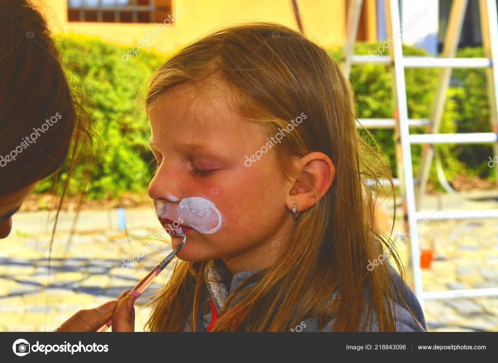 Kadın Resim Yüzü Açık Havada Bir çocuk Yüz Boyama Nasıl Stok Foto