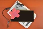 Fényképek Gadget detox koncepció. Digitális függőség fogalma. Mobiltelefon, e betű-könyv-olvasó és a vezeték nélküli fejhallgató, bordó háttér előtt. Modern digitális technológia. Másolja a hely