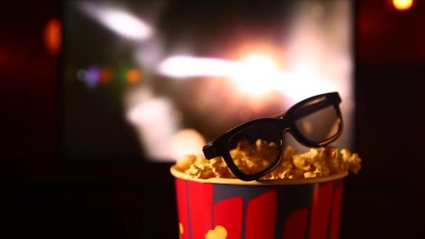 Blick von oben auf Schüssel mit Popcorn und Fernbedienung auf dem Tisch