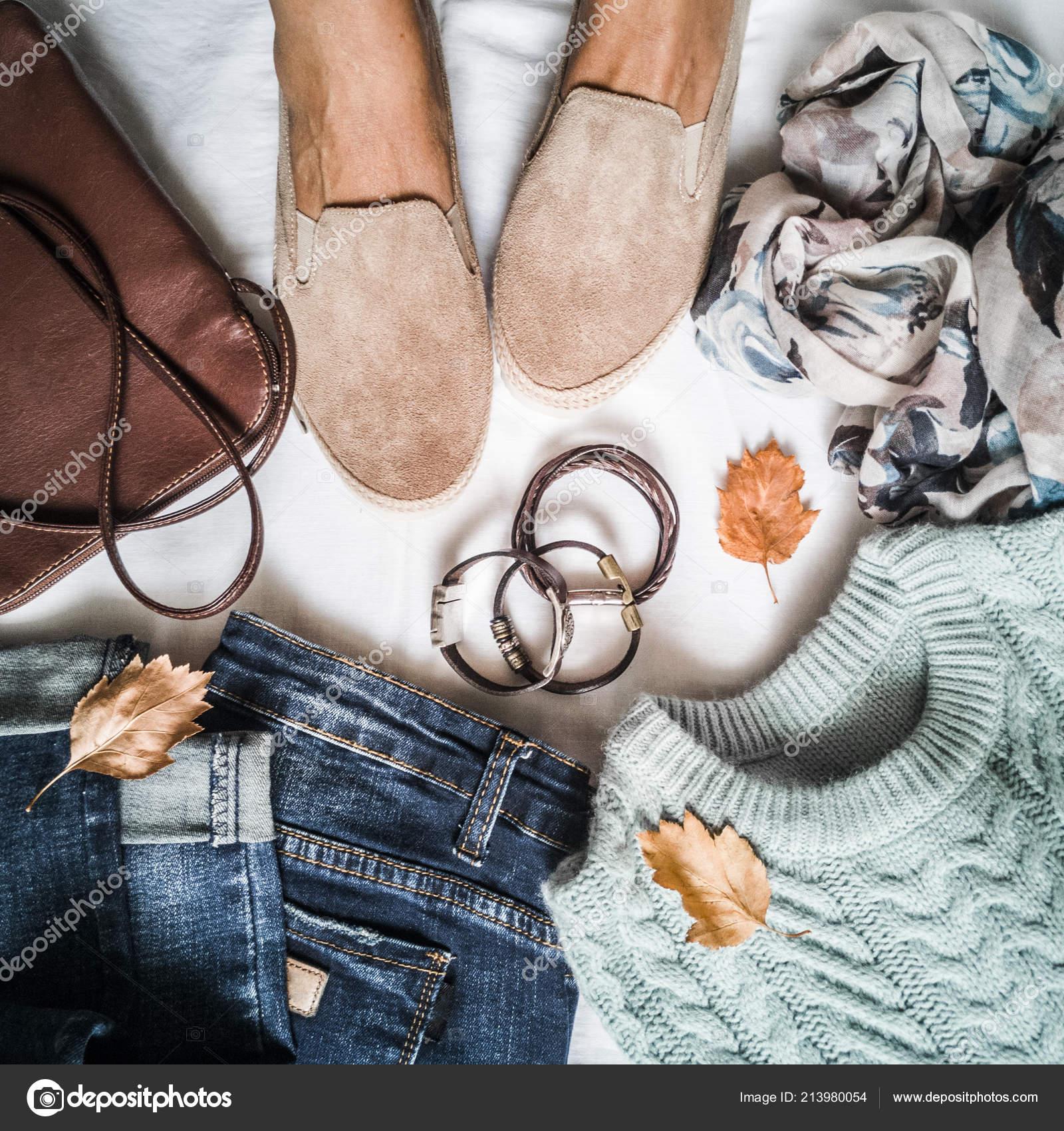 c95f7af49ac Γυναικεία Φθινοπωρινά Ρούχα σετ - πάνινα παπούτσια σουέτ, τζιν, πουλόβερ,  κασκόλ και δερμάτινη τσάντα. Γυναικεία πόδια σε πάνινα παπούτσια σουέτ ...
