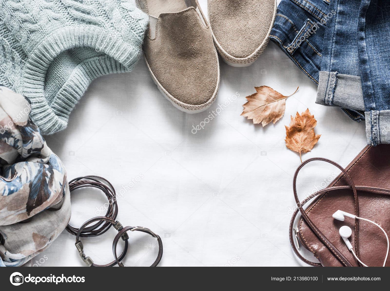 b6761b0a13e Γυναικεία Φθινοπωρινά Ρούχα σετ - πάνινα παπούτσια σουέτ, τζιν, πουλόβερ,  κασκόλ και δερμάτινη τσάντα. Γυναικεία ρούχα για το φθινόπωρο βόλτες σε ...