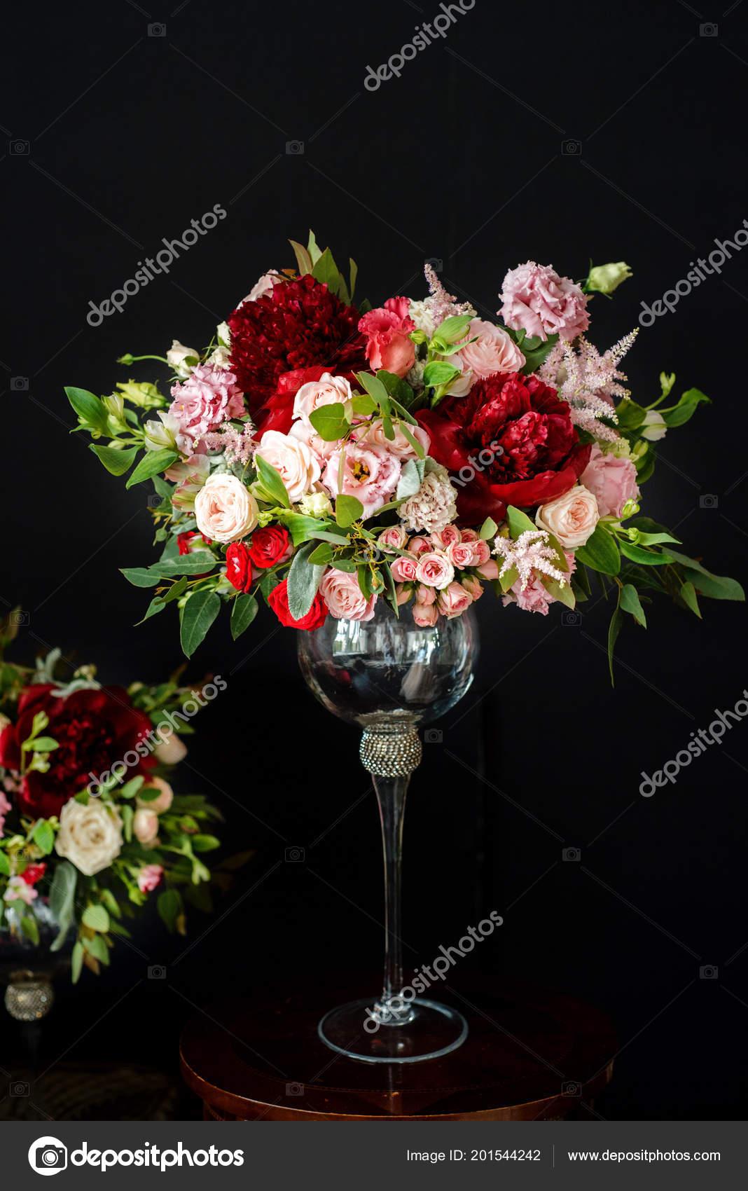Hochzeitsblumen Glasvasen Schwarzer Hintergrund Rot Und Lila Rosen