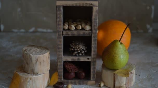 Dýně, Squash. Šťastný den díkuvzdání dřevěný stůl pozadí zdobí dýně, kukuřice hřeben, svíčky a podzimní listy věnec. Dovolená na podzim festival scény, podzim, sklizeň. Plné Hd 1080p video