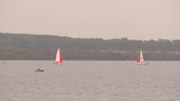 Két vitorlás és egy csónak