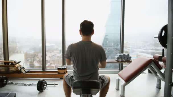 Pravidelné mladých fitness člověk táhnoucí se vykonává před tělocvičně cvičení