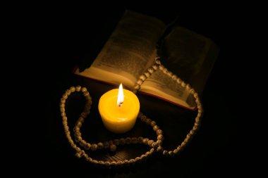 Dua eden eller, İslami geçmiş. Kutsal Kur 'an mum ışığında. Mum ışığında kitap
