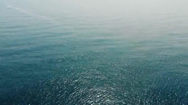 Mořské moře s obzorem a téměř jasnou modrou oblohou