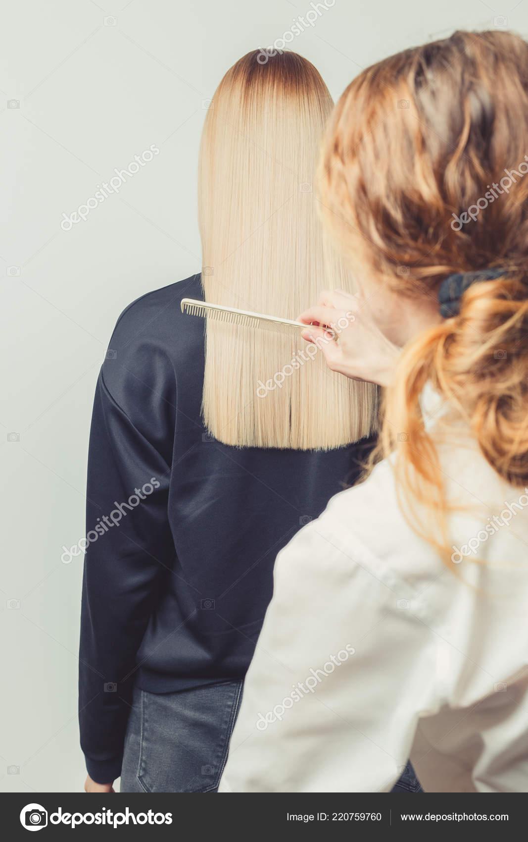 Friseur Kämmt Ihre Kunden Lange Blonde Haare Friseursalon