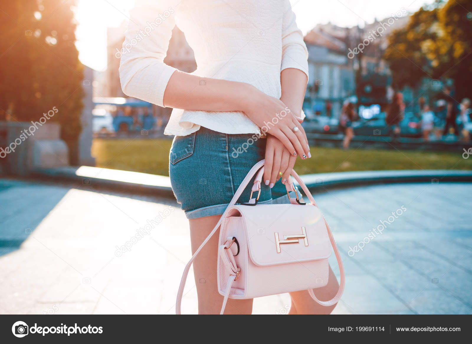 cdd4e933 Young woman wearing stlish outfit with accessories outdoors. Trendy female  handbag, clothing and jewellery. Beauty fashion concept — Photo by ...