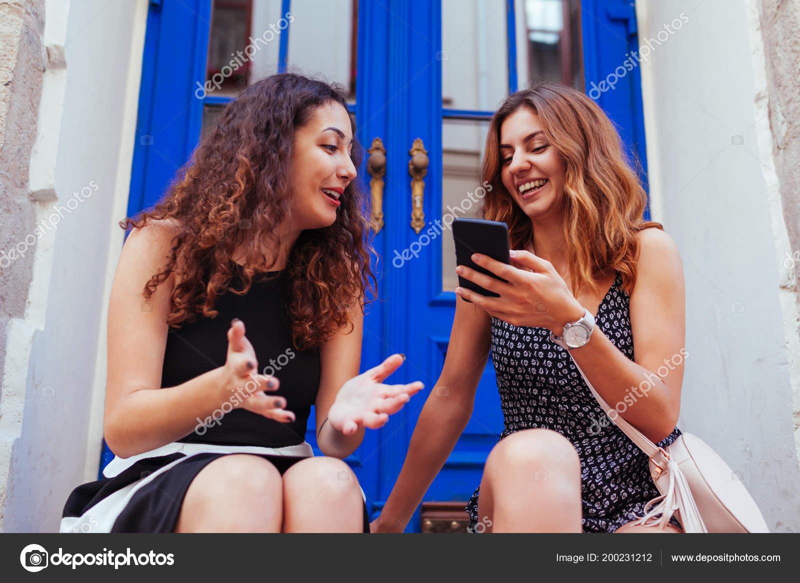 Две девушки лучшие подруги
