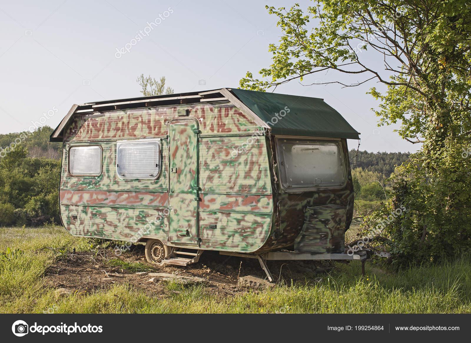 vieille caravane retraite avec peinture camouflage trouve dans d sert photographie tinieder. Black Bedroom Furniture Sets. Home Design Ideas
