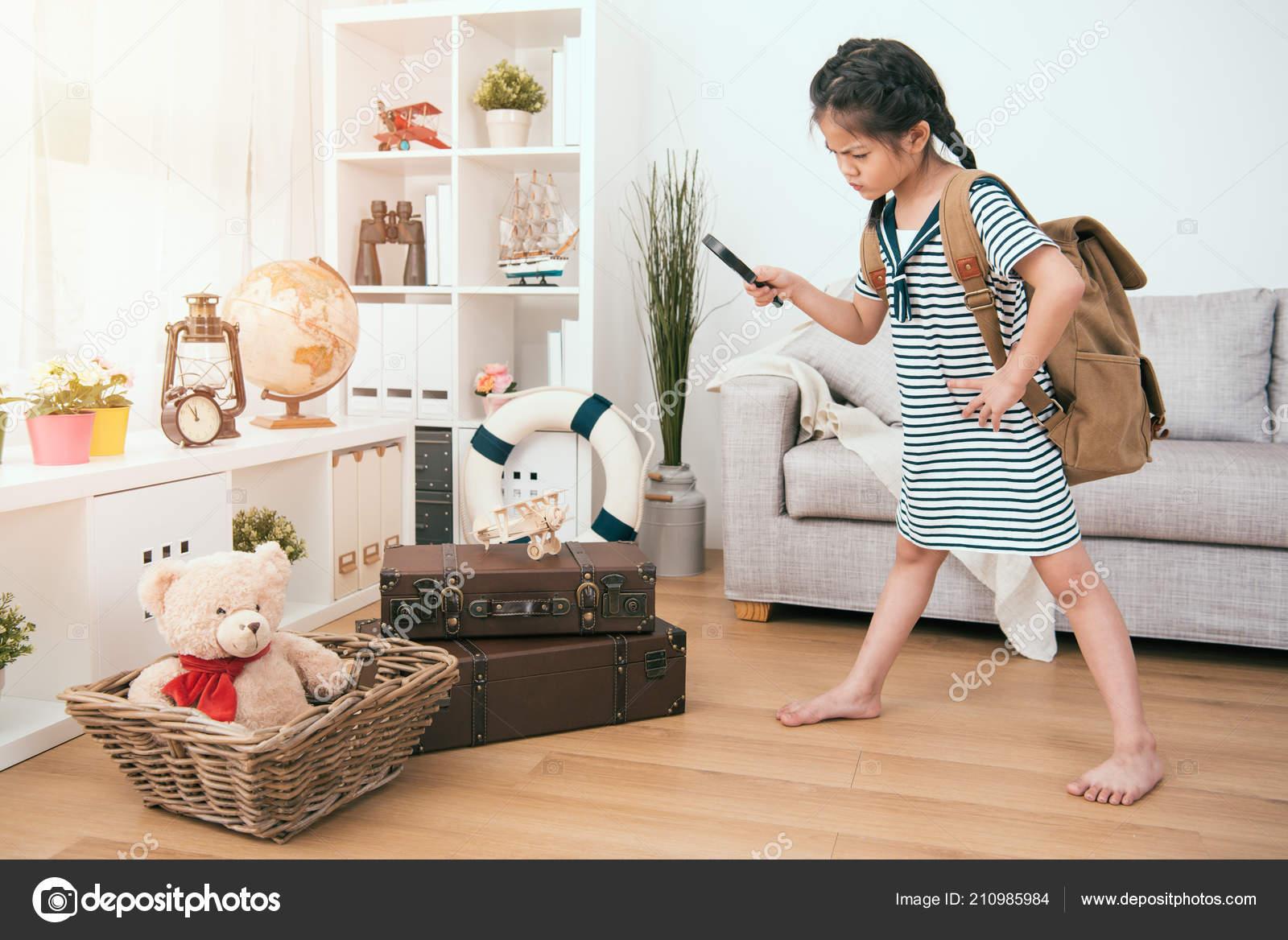 c44e5473e624 Niño Con Una Lupa Para Explorar Ella Una Chica Curiosa — Foto de Stock