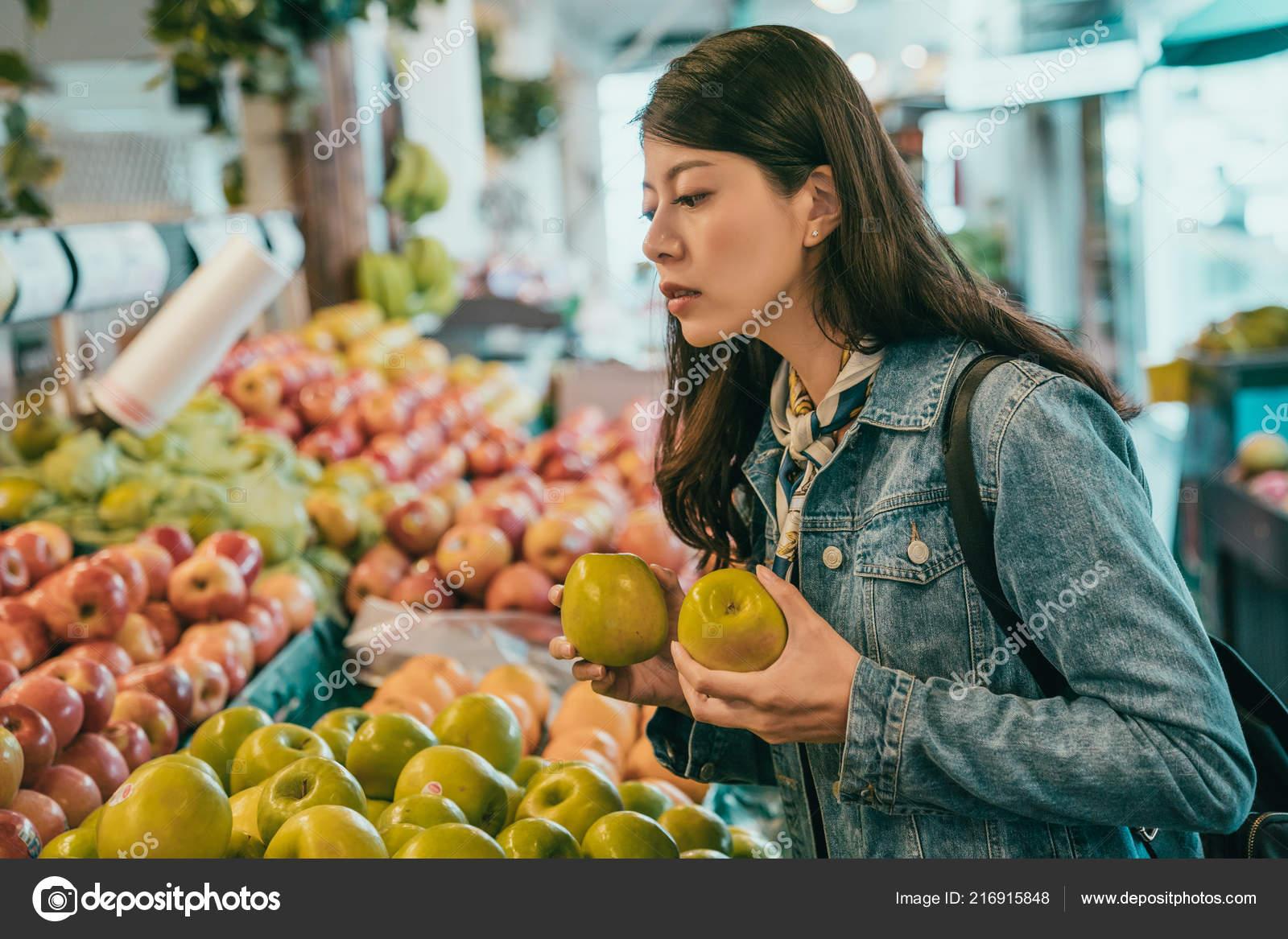 39b5d7079e0a Young Traveler Buying Fruits Original Farmers Market She Decided Buy —  Stock Photo