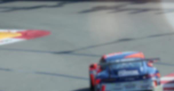 Závodní sportovní auta jedoucí rychle na rychlosti trati v pomalém pohybu - abstraktní pohybu pozadí - 4 k Video