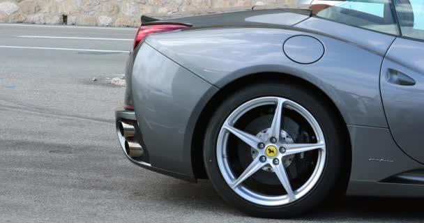 Beaulieu-sur-Mer, Francie-9. června 2018: krásné šedé Ferrari California 4.3 V8 Supercar 460 (slitina kola boční pohled) zaparkoval v ulici Beaulieu-sur-Mer na Francouzské riviéře, Alpes-Maritimes, Francie, Evropa - 4 k Video