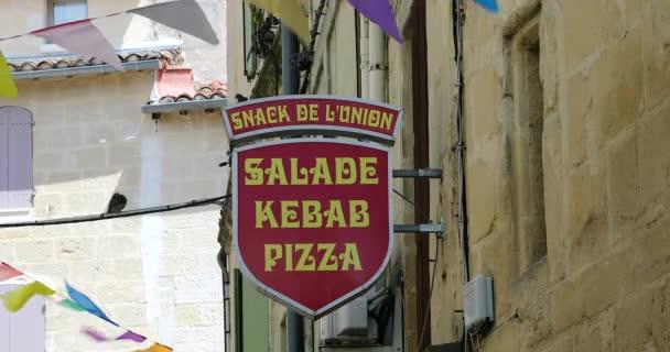 Sommires, Francie - 14. srpna 2018: Občerstvení, salát, Kebab a pizzerii Sign. Logo červená rychlé občerstvení na ulici Sommires, Francie - Dci 4k rozlišení