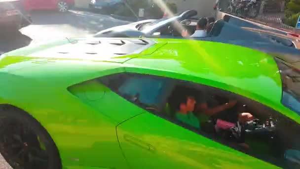 Monte Carlo, Monako-21. dubna 2018: Tři luxusní Lamborghini Huracan Lp 610-4 Coupe (zelené, černé a bílé barvy) v ulicích Monte Carlo, Monako v Francouzské riviéře – 4 k Video
