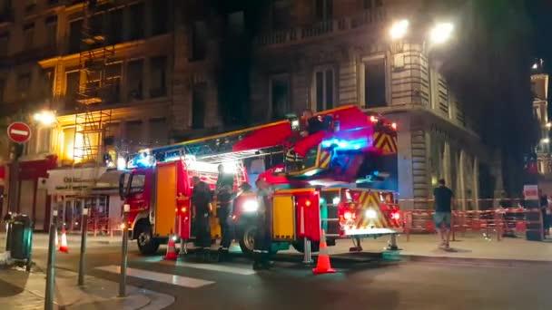Lyon, Francie – 30. června 2018: Požár v bytovém domě, hasiči a hasičské auto v centru města Lyon, Francie, Evropa - 4 k Video