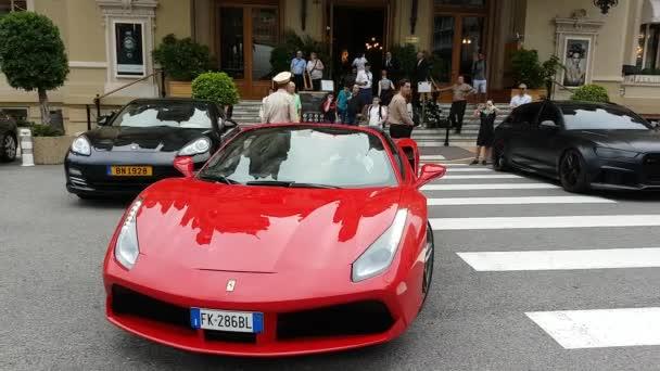 Monte Carlo, Monako-23 září 2018: Muž řídil drahé červené Ferrari 488 Spider před kasina Monte-Carlo v Monaku v Francouzské riviéře – 4 k Video