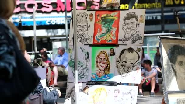 Barcelona, Španělsko - 8. dubna 2017: Karikaturista v práci, pouliční umělci na La Rambla v Barceloně, Španělsko, Evropa, detailní zobrazení - Hd Video