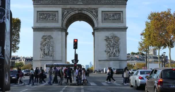 Paris, Frankreich - 16. Oktober 2018: Arc De Triomphe und Verkehr Straße Auto auf den Champs-Elysees In Paris, Frankreich, Europa - Dci 4 k Auflösung