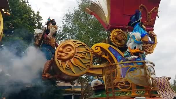 Marne-la-Valle, Francie – 14. října 2018: Disneyland Parade s Mickey Mouse, Donald Duck, Goofy, Pluto a Chip N Dale na Float, Disneyland Paříž (Euro Disney), Evropa - rozlišení 4 k