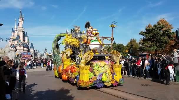 Marne-la-Valle, Francie – 14. října 2018: Disneyland Halloween Parade s kačerem Donaldem, králíků roztomilý pár znaků na Float a tanečnice, Disneyland Paris (Euro Disney), Evropa - rozlišení 4 k