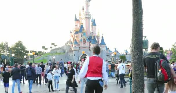 Marne-la-Valle, Francie – 14. října 2018: spící krása hradu a dav z návštěvníků, Fantasyland, zábavního parku Disneyland Paris (Euro Disney), Marne-la-Valle, le-de-France, Francie, Evropa - Dci 4k rozlišení