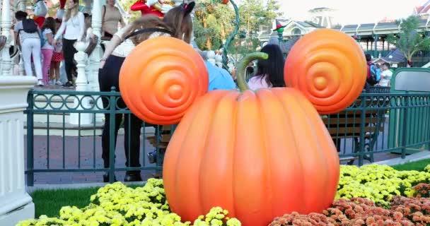 Marne-la-Valle, Francie – 14. října 2018: Mickey Mouse dýně hlavy v Disneyland Paris (Euro Disney), Halloween dekorace na Main Street Usa, Magic Kingdom, Marne-la-Valle, le-de-France, Francie, Evropa - Dci 4k rozlišení