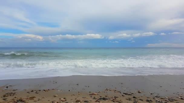 Tyrkysové moře vlny na Sandy Beach, Středozemní moře - rozlišení 4 k