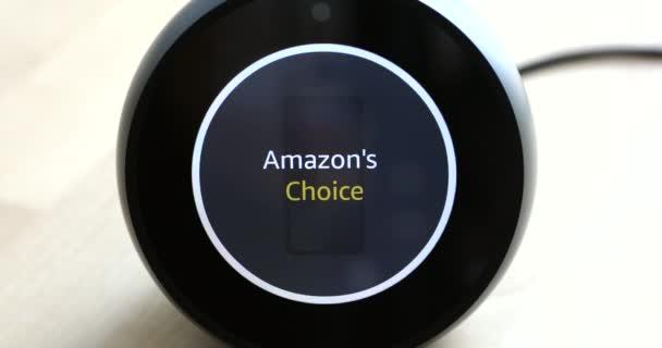 Paříž, Francie - 16. listopadu 2018: Koupím iPhone X na Amazon s The Amazon Echo Spot osobní Smart Assistant, Amazon Prime, Amazon je volba, až zblízka - Dci 4k rozlišení