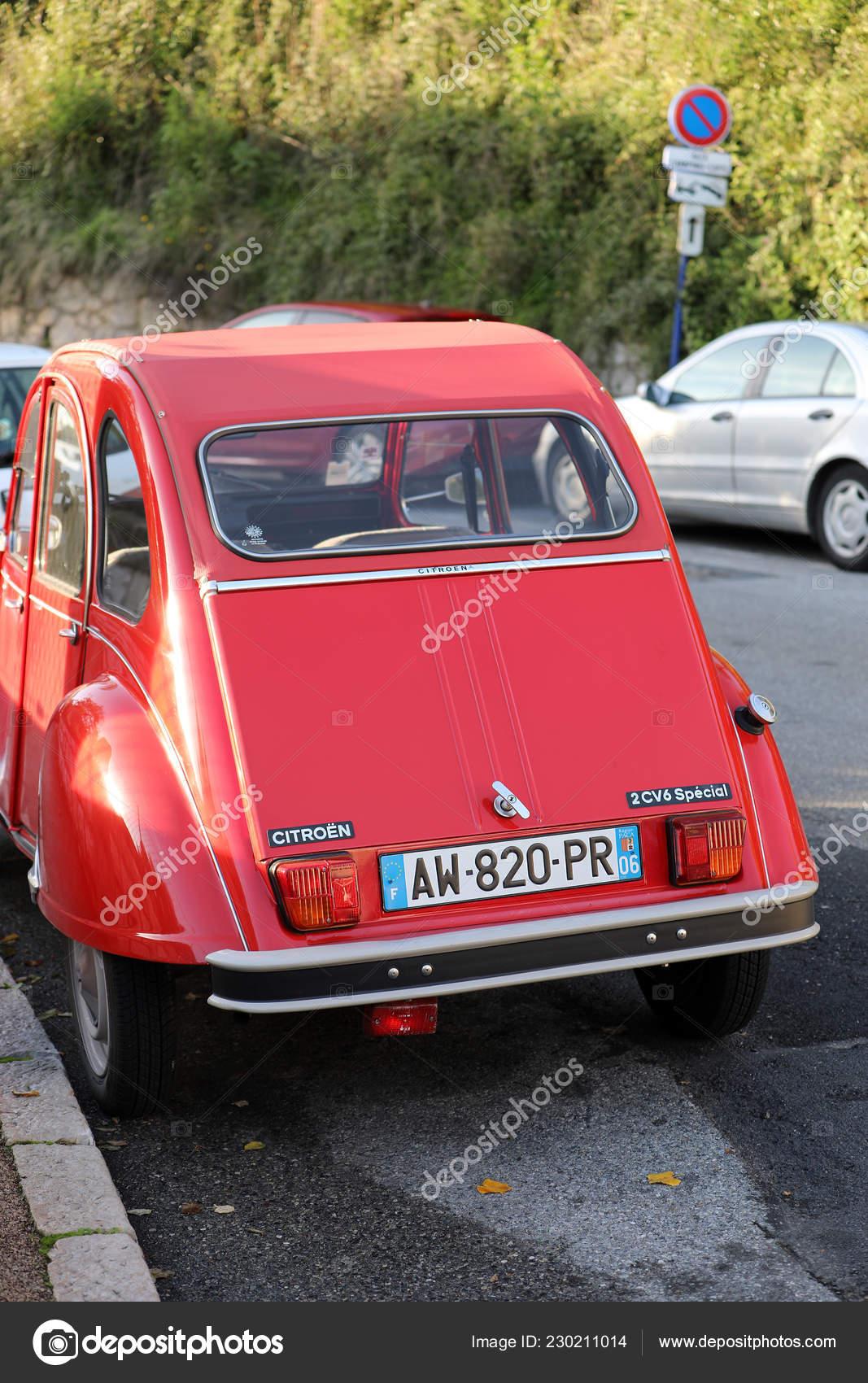 f16995eb8 Roquebrune-Cap-Martin, Francia-04 de diciembre de 2018: Rojo viejo coche  Citroen 2 Cv6 especial estacionado en la calle (vista posterior), Costa  Azul, ...
