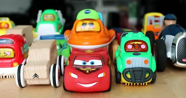 Menton, Francie - 10. prosince 2018: Různé zarovnané autíček pro děti. Legrační vícebarevná plastová autíčka pro děti se světly. VTech Go! Jdi! Smart Wheels auto, Disney auta, dřevěné auta - Dci 4k rozlišení