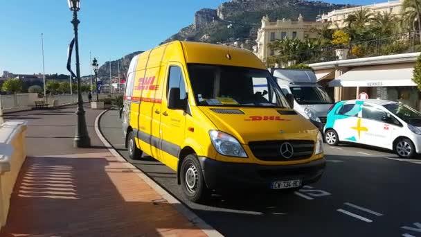 Monte-Carlo, Monaco-25. Januar 2019: Gelbe Mercedes-Benz Sprinter Dhl Lieferwagen In der Straße von Monaco geparkt. Côte d  Azur, Europa - 4 k Video