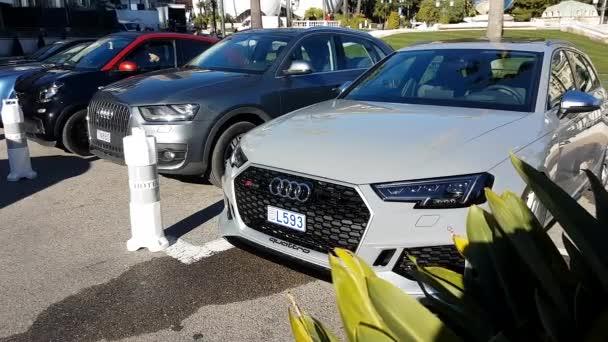 Monte Carlo, Monako-25 ledna 2019: Luxusní Audi Rs4 Quattro Sport auto zaparkované před kasina Monte-Carlo v Monaku, ve Francii, Francie, Evropa - 4 k Video