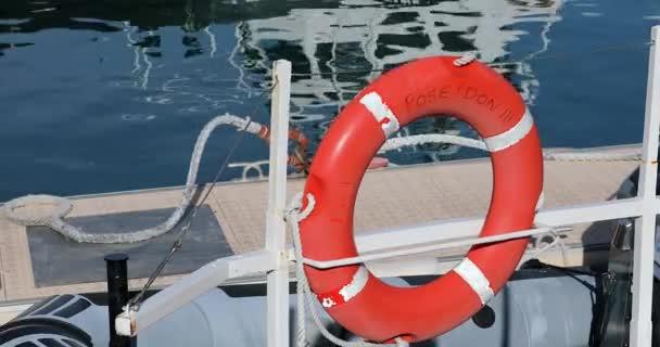 nice, france - januar 29, 2019: orangefarbener Rettungsring an der Seite des Bootes, Sicherheitsring an Bord, Wasser des Mittelmeeres im Hintergrund, franz. Riviera, franz, europa - dci 4k resolution