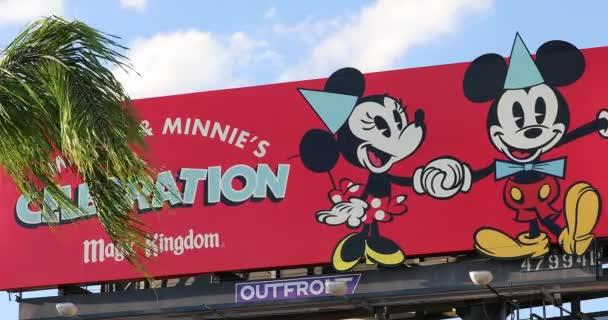 Orlando, Florida / Usa, 3. března 2019: Mickey Minnies oslavu Magic Kingdom znamení, Obří Billboard reklamní Panel na International Drive v Orlandu, centrální Florida, Spojené státy - Dci 4k rozlišení