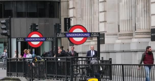 London, Uk, 29. Mai 2019: Ein- und Ausfahrt der U-Bahn-Station Monument Mit dem Roten Bus im Hintergrund, Geschäftsleute zu Fuß in der City of London - Dci 4k Resolution