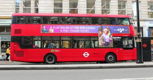 Londýn, Velká Británie, 1. června 2019: Double Decker Red Bus (pohled z boku) zaparkovaný na Piccadilly Road v městě Westminster v Londýně, Spojené království, Evropa-DCI 4k usnesení