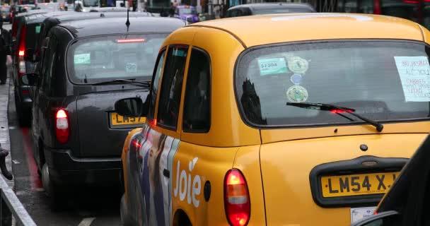 Londýn, Velká Británie, 1. června 2019: fronta londýnských taxi Black Cabs v pořadí taxi čekající na zákazníky v dešti poblíž Hartyčského obchodu, Spojené království, Evropa. Zavřít zobrazení – rozlišení DCI 4k