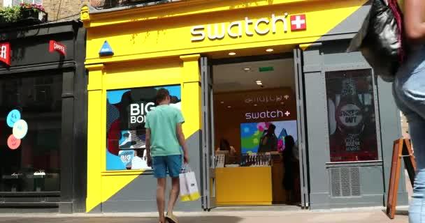 London, Uk, 1. Juni 2019: Swatch Store And People Walking On Carnaby Street In London, Soho, Großbritannien, Europa-Dci 4k Resolution