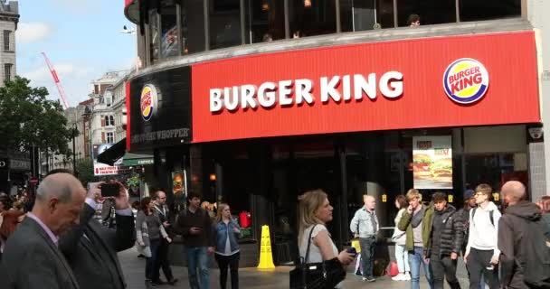 London, Uk, 28. Mai 2019: Crowd of People Walking In Front of Burger King Restaurant In Leicester Square In London, Großbritannien, Europa - Dci 4k Resolution